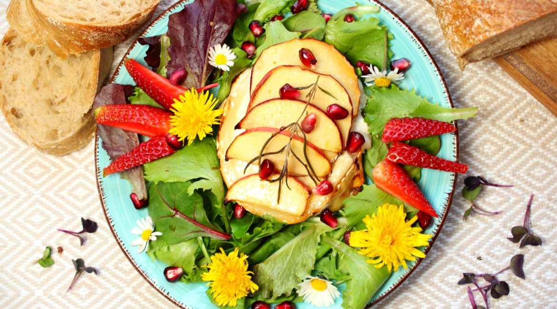 Gratinierter Ziegenkäse mit Apfel und butem Frühlinssalat