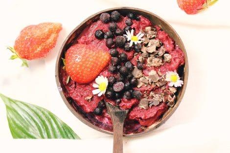 Eiscreme aus Erdbeeren und Heidelbeeren