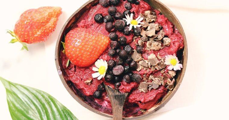 Eiscreme aus Erdbeeren und Heidelbeeren – Smoothie Bowl