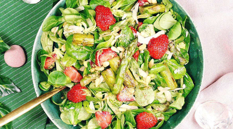 Feldsalat mit grünem Spargel und Erdbeeren
