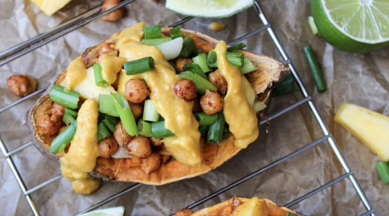 Gefüllte Süßkartoffel mit Kichererbsen und Frühlingszwiebeln