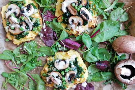 Kartoffel Puffer mit Spinat, Pilzen, Erbsen und Tahin