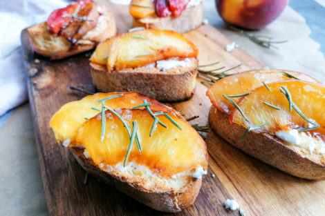 Crostini mit Ziegenfrischkäse und Pfirsich