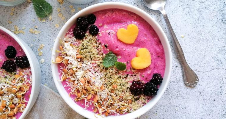Pink Pitaya Smoothie Bowl mit Linsensprossen