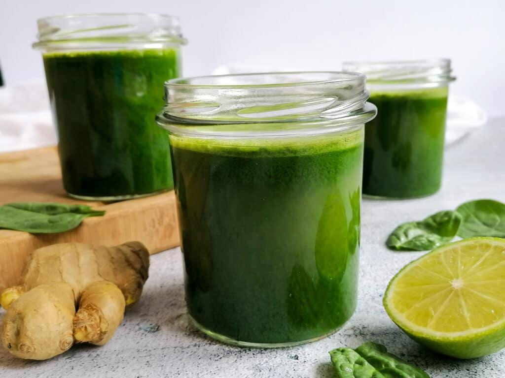Grüner detox Saft mit Kohl, Spinat und Zitrone