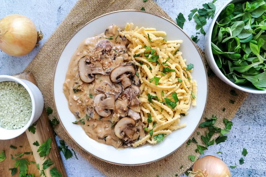 Vegane Pilzrahmsoße mit Champignons und Spätzle