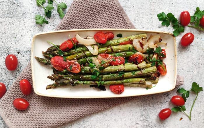 Grüner Spargel auf dem Ofen
