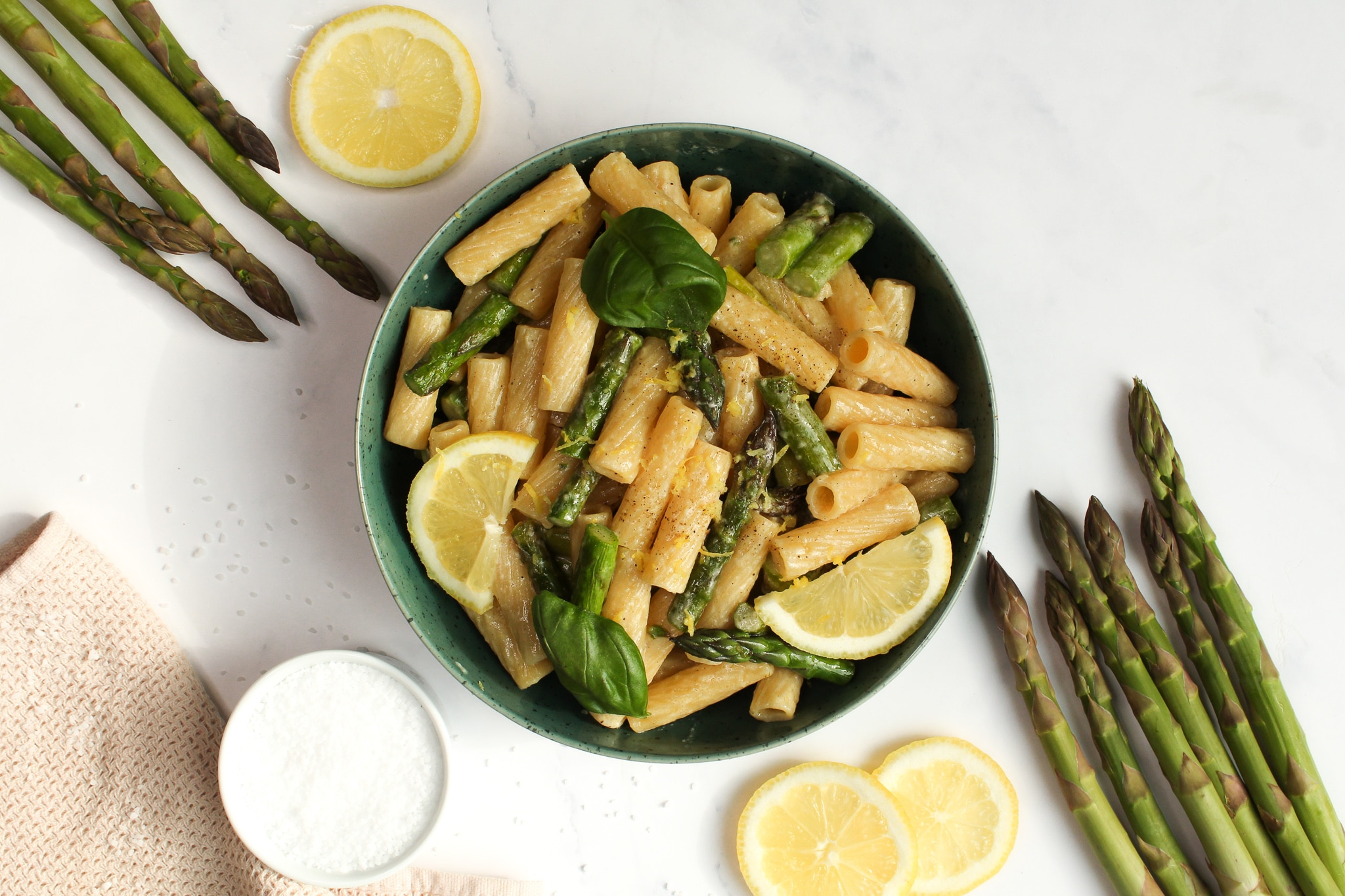 Grüner Spargel pasta mit zitrone und parmesan