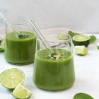 gesunder grüner Smoothie mit Spinat