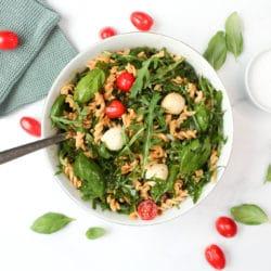 Italienischer Nudelsalat mit Rucola und Tomaten