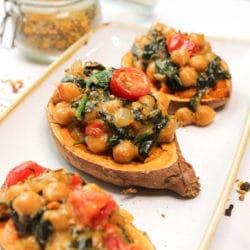 Süßkartoffel gefüllt mit Spinat und Kichererbsen