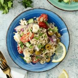 vegetarischer Reissalat mit Tomaten und Oliven