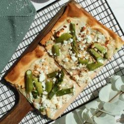 vegetarischer Flammkuchen mit grünem Spargel