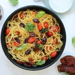 Spaghetti mit Olivenöl, Knoblauch und Oliven