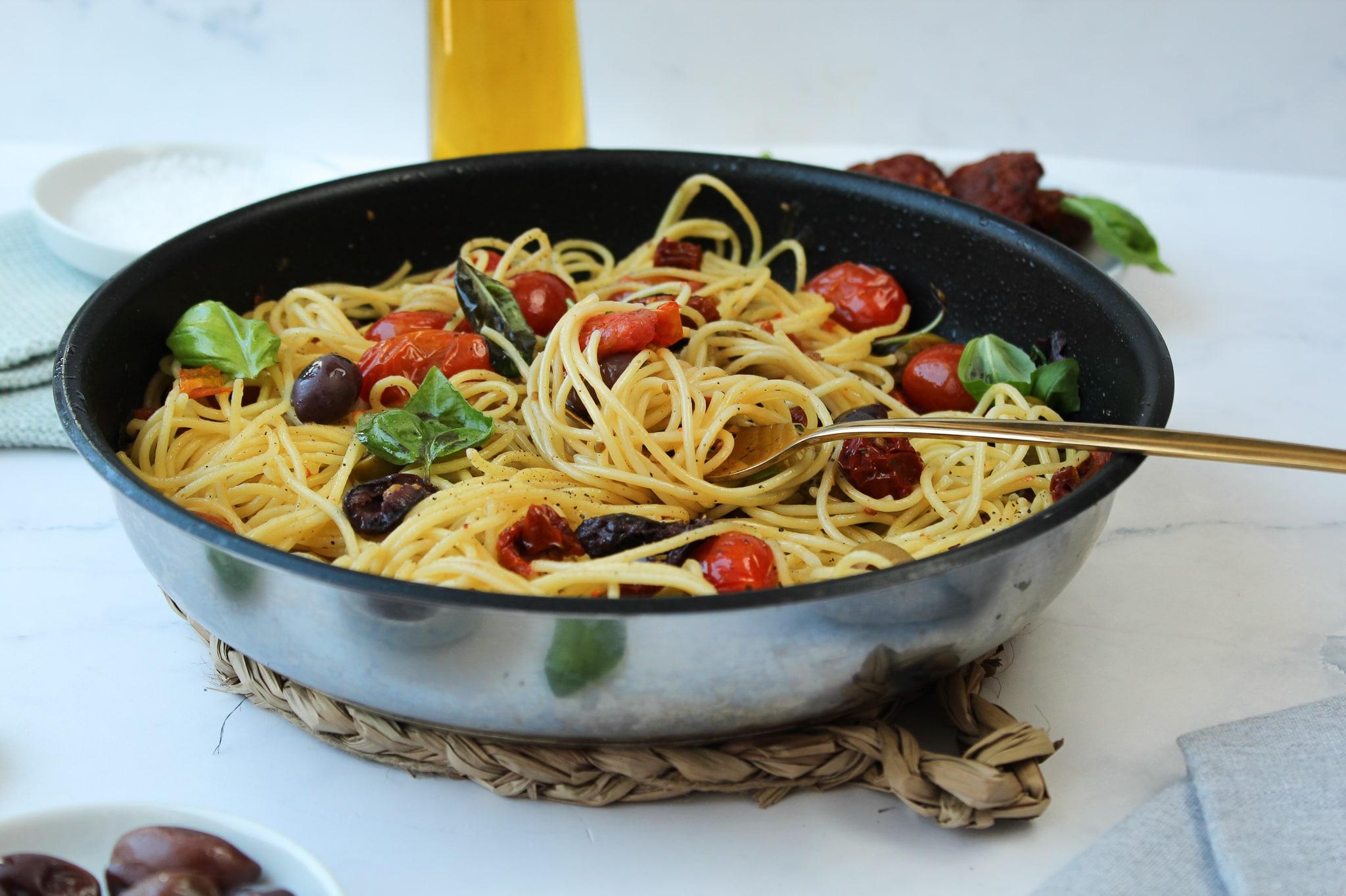 Spaghetti mit Olivenöl, Tomaten und Oliven