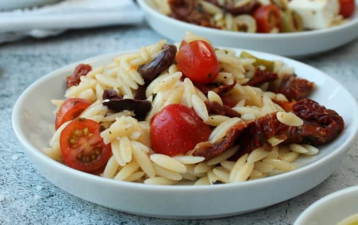 Griechische Kritharaki mit Tomaten und Oliven