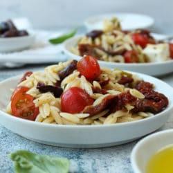 Kritharaki Salat mit Oliven und Feta