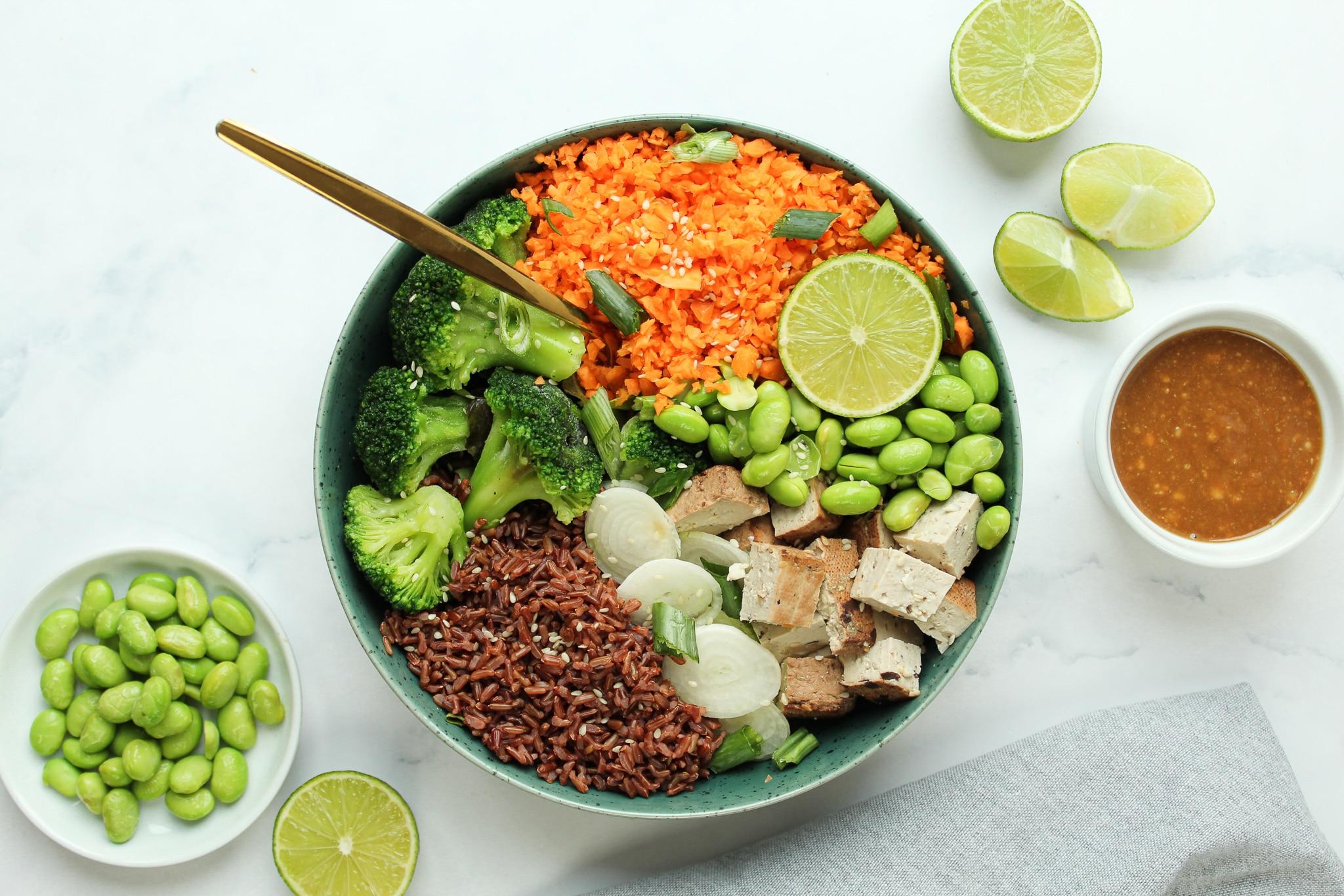 asiatische bowl mit tofu und erdnussdressing