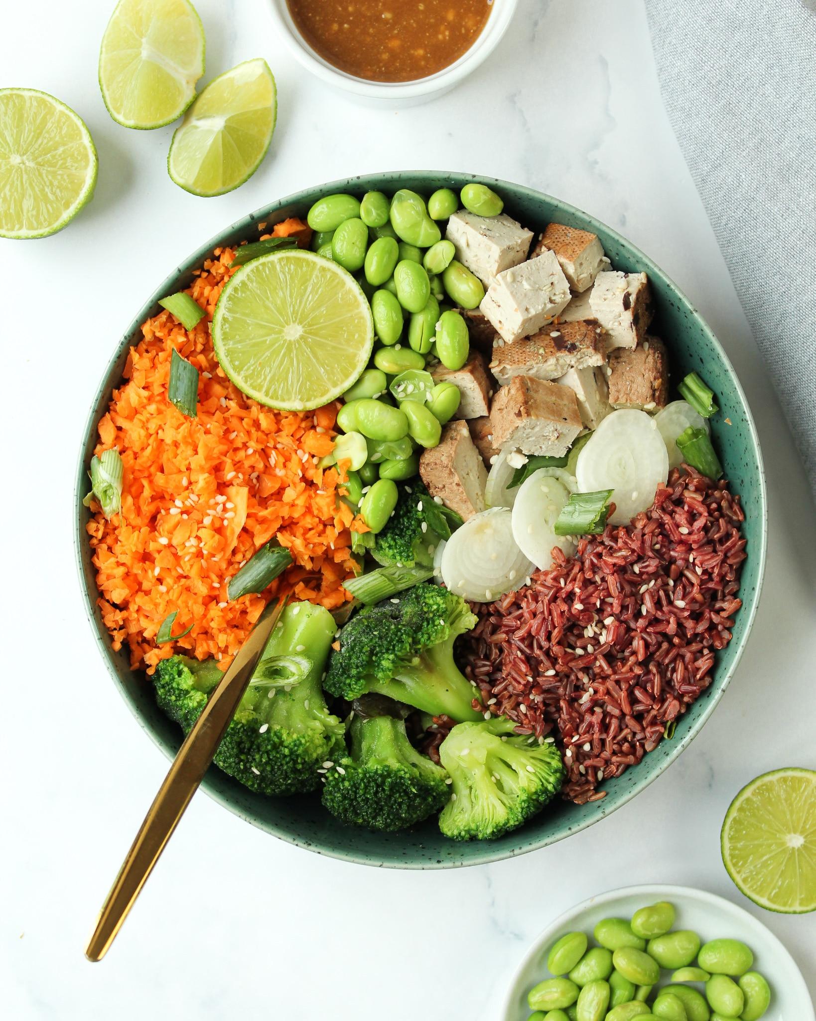 Asiatische Bowl mit Tofu und Erdnuss Dressing